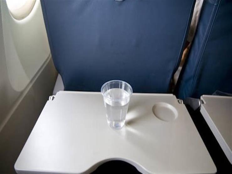 لهذا السبب يجب رفع مسند الطعام أثناء إقلاع الطائرة
