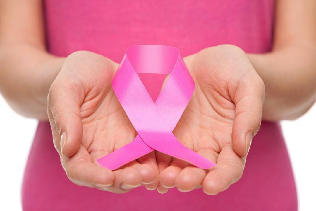 الوردي للسيدات والأزرق للرجال.. السبب وراء شعار سرطان الثدي