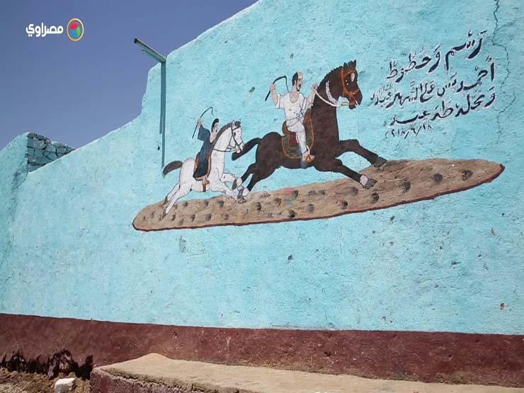 """عشقاً في الخيول.. عم """"عيد"""" يرسمها على جدران بيوت الصعيد"""