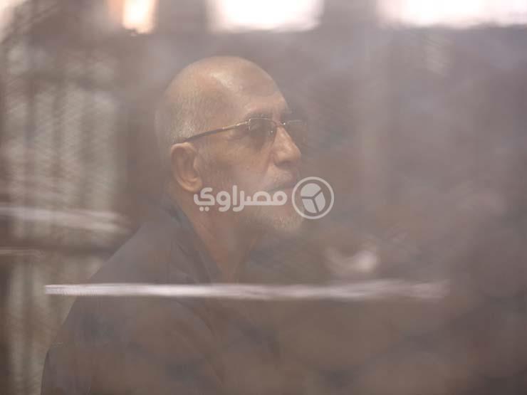 """إيداع بديع ومتهمي """"أحداث مكتب الإرشاد"""" قفص الاتهام تمهيدًا للنطق بالحكم"""
