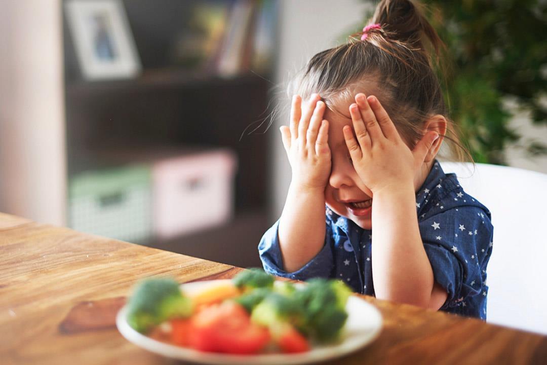 طرق بسيطة تبعد طفلك عن تناول الوجبات السريعة