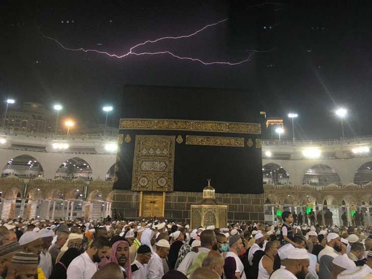 بالفيديو والصور- مشهد مهيب.. البرق يضيء سماء المسجد الحرام ب...مصراوى