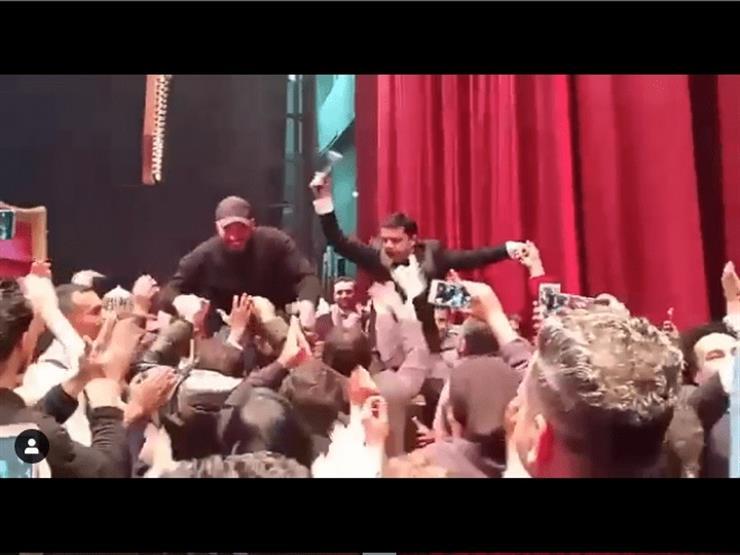 """بالفيديو.. الجمهور يحمل هنيدي والهوارى على الأعناق بعد العرض الأول لـ """"3 أيام في الساحل"""""""