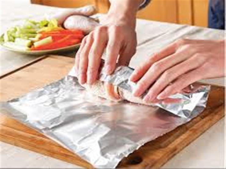 الطريقة الصحيحة لاستخدام ورق الألمنيوم في الطهي