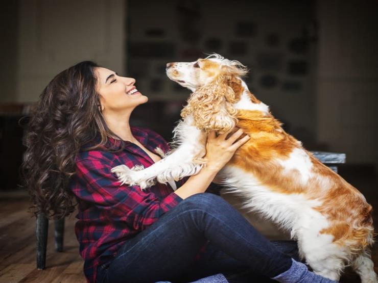 بالصور.. مي عمر تلعب مع كلبها