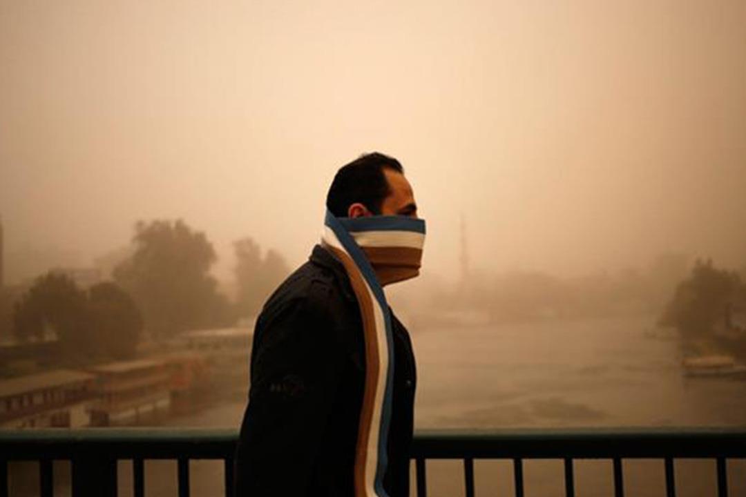 العواصف الترابية تضر الأنف والعين والقلب.. كيف تتجنب مخاطرها؟