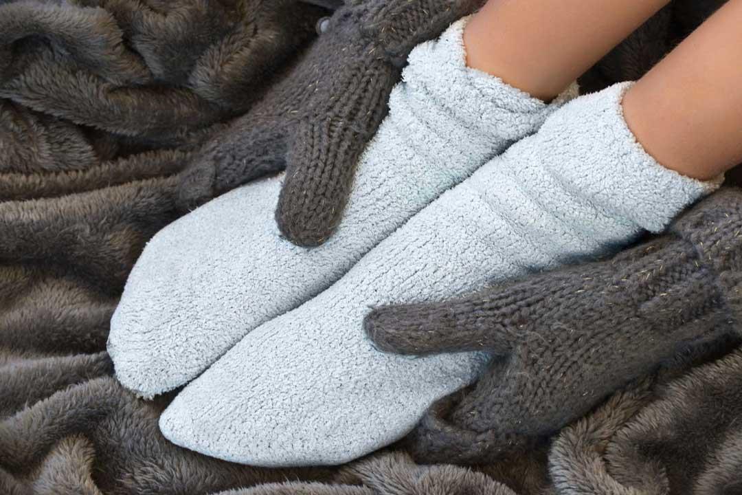 برودة الأطراف طبيعية في الشتاء.. متى تشير لمشكلة صحية؟