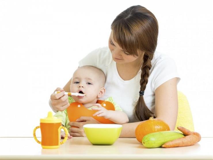 ما يجب تجنبه وما يمكن تناوله.. نصائح للأم حول طعام طفلها المصاب بالإكزيما
