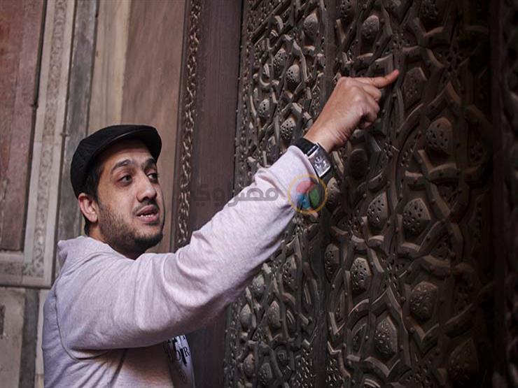 5df2d0f3f9ee4 بالزخارف والخط العربي.. هواة يكتشفون الفن الإسلامي في السلطان حسن