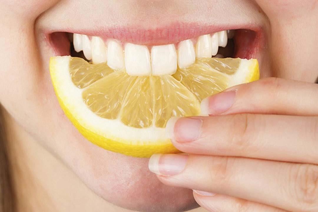 هل استخدام الليمون لتبييض الأسنان آمن؟