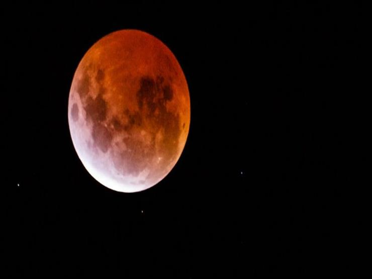 قمر الذئب الدموي العملاق.. ظاهرة فلكية مثيرة تشهدها الأرض.. الأحد