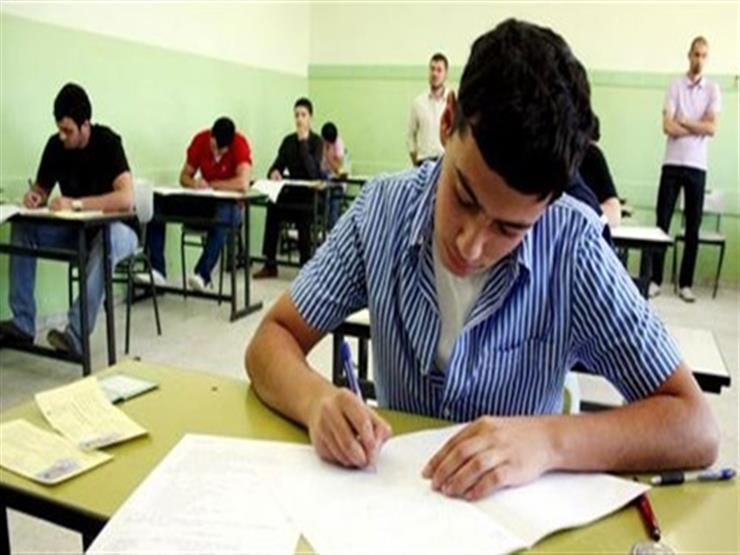 طلاب أولى ثانوي يؤدون امتحان الكيمياء التجريبي