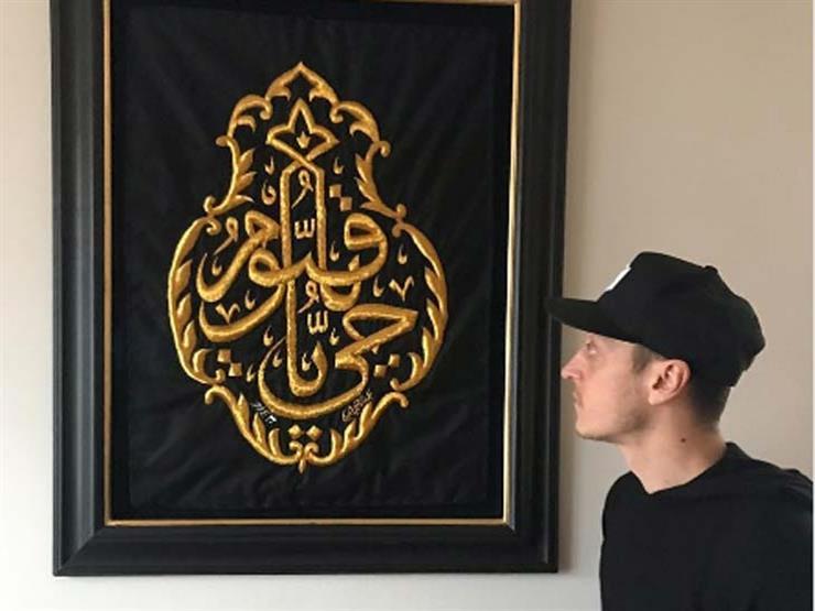 """بالصور.. مسعود أوزيل يقتني قطعة من كسوة الكعبة: """"هدية لا تقدر بثمن"""""""