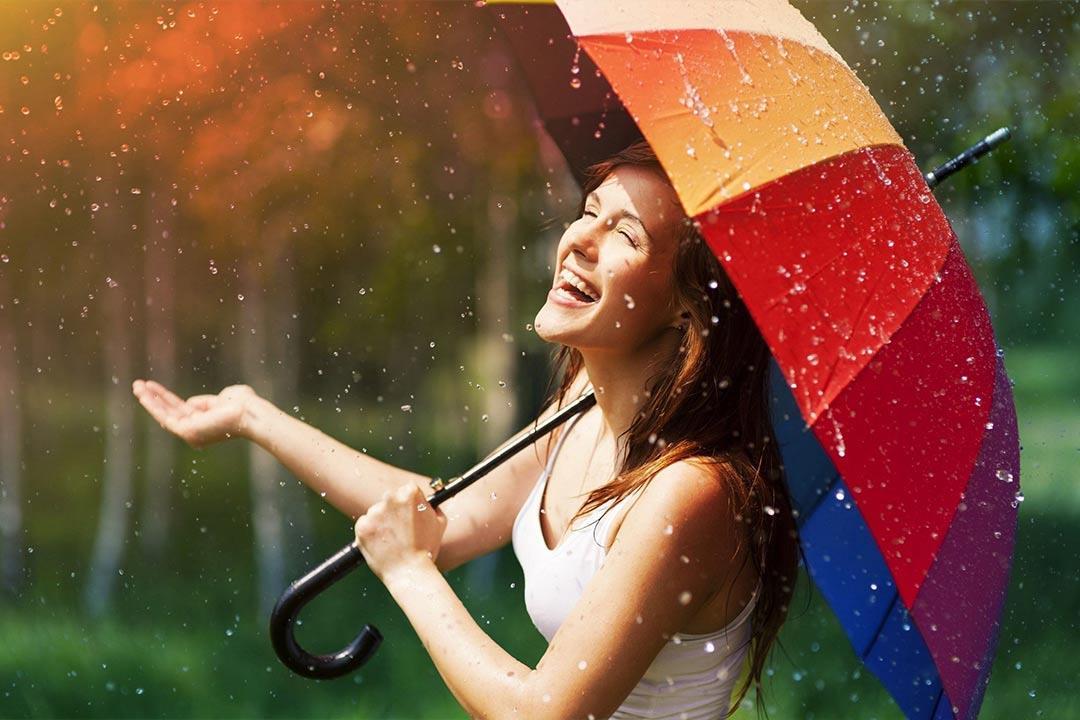 ليس رومانسيًا.. المشي تحت الأمطار يعرضك لمشكلات صحية