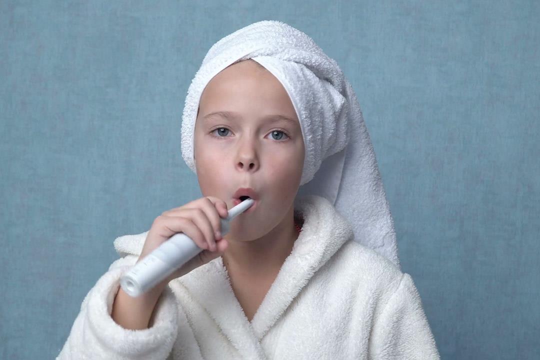 اللسان وراء رائحة فمك.. إليك طرق تنظيفه