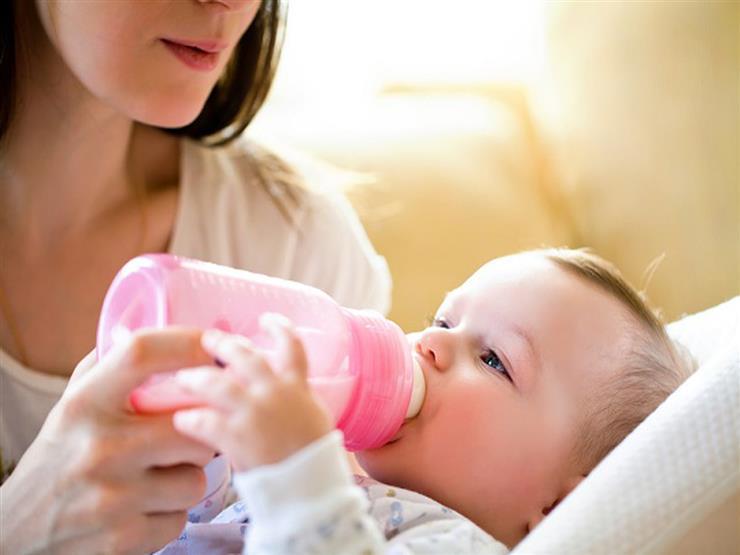 متى يحتاج الطفل للجمع بين اللبن الصناعي والرضاعة الطبيعية؟