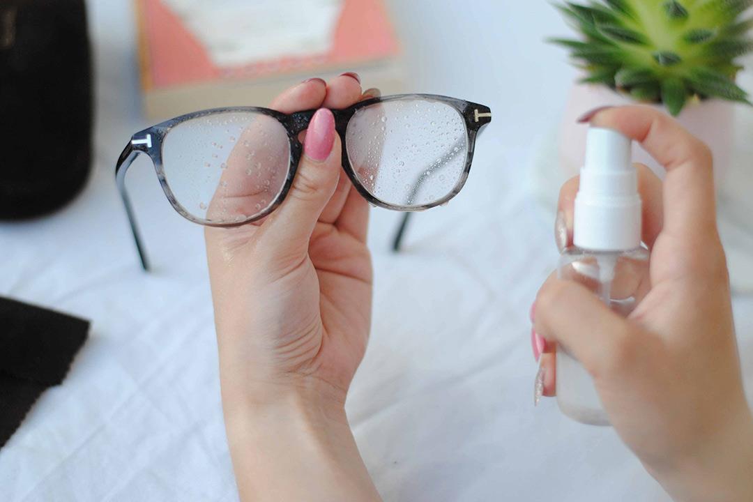 5 أشياء يجب تجنبها عند تنظيف نظارتك الطبية