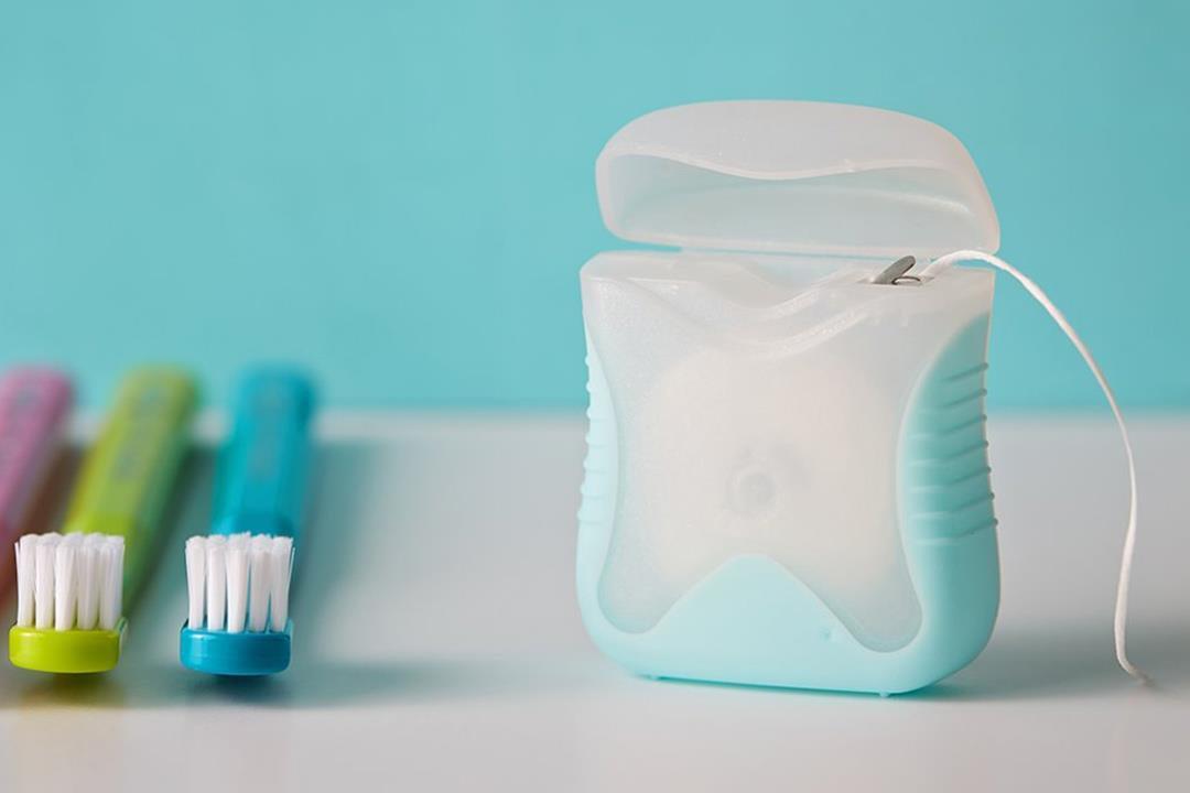 نوع من خيط الأسنان يرتبط بمواد سامة بجسمك