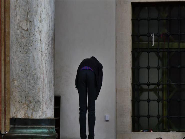 انتقض وضوئي أثناء الصلاة فهل أتمها ثم أعيد أم أخرج؟.. المفتي السابق يوضح