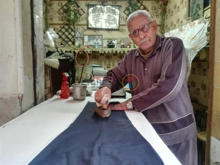 """بمكواة زهر.. رحلة """"عم أحمد"""" مع كي القميص من 5 قروش إلى جنيهين"""