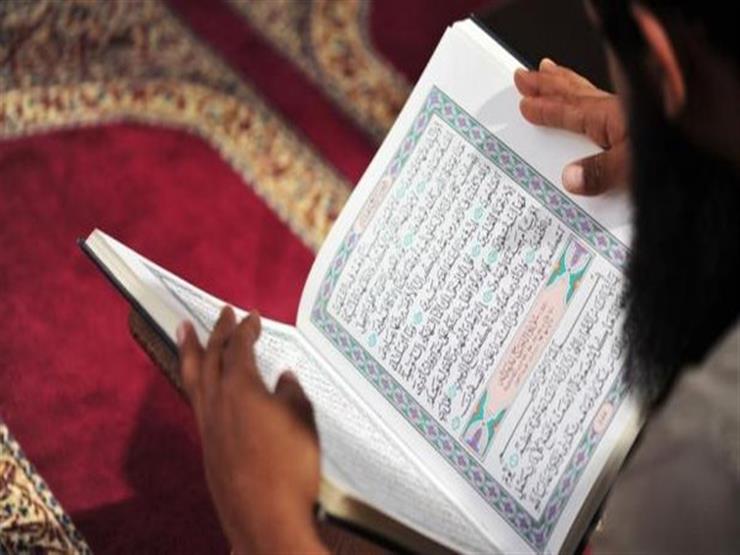 هل يجوز قراءة القرآن من المصحف مع متابعة المقرئ في التليفزيون؟.. أمين الفتوى يجيب