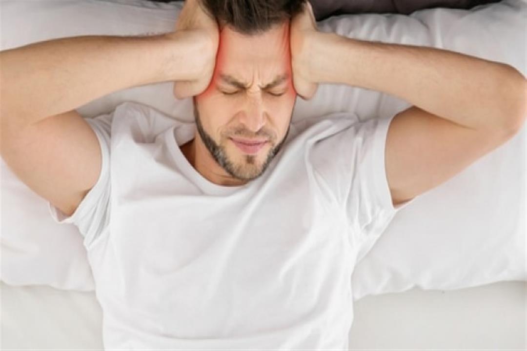 طبيب يؤكد: الضغط على الرأس لا يعالج آلام الصداع