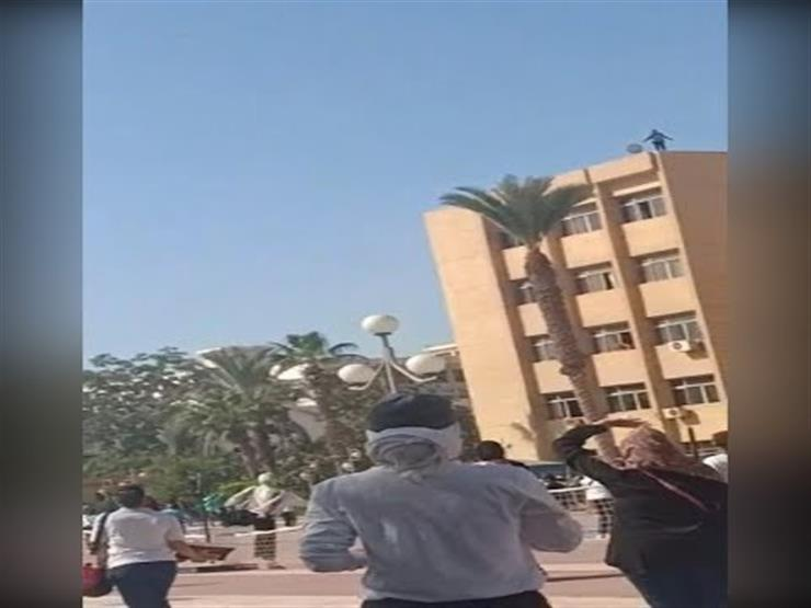 فيديو- طالبة تحاول الانتحار من أعلى جامعة الزقازيق.. وتحرك عاجل من الإدارة