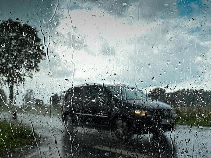 7 نصائح مهمة لتفادي مخاطر قيادة السيارات أثناء تساقط الأمطار