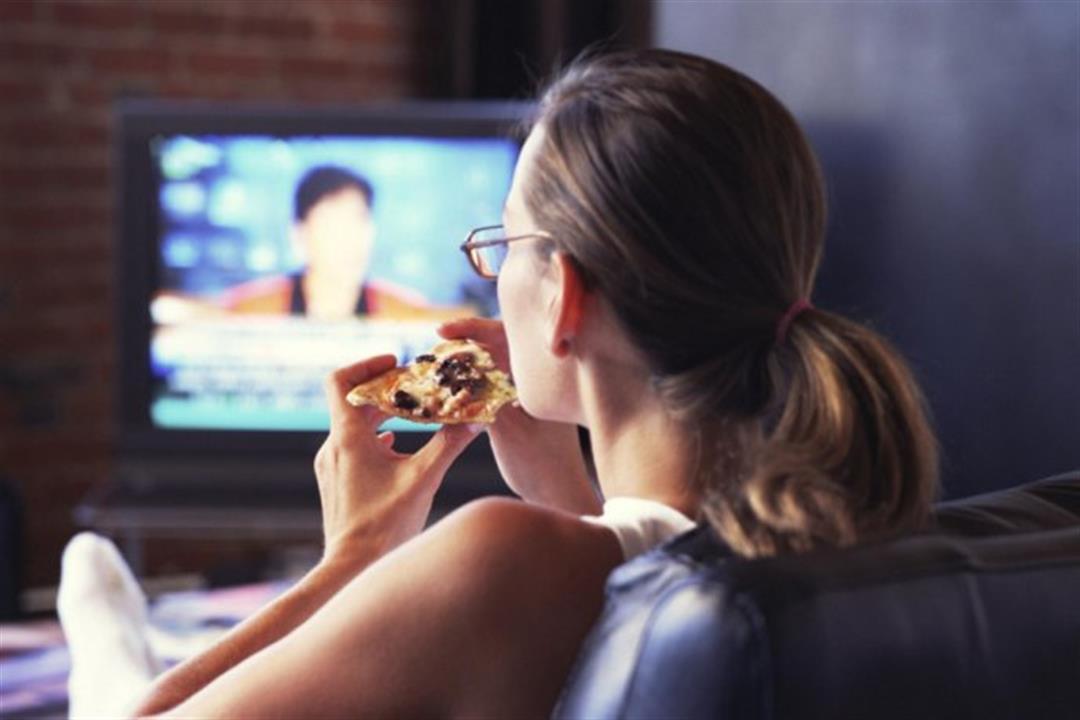 أبرزها تناول الطعام أمام التليفزيون.. 6 عادات خاطئة تسبب زيادة الوزن (صور)