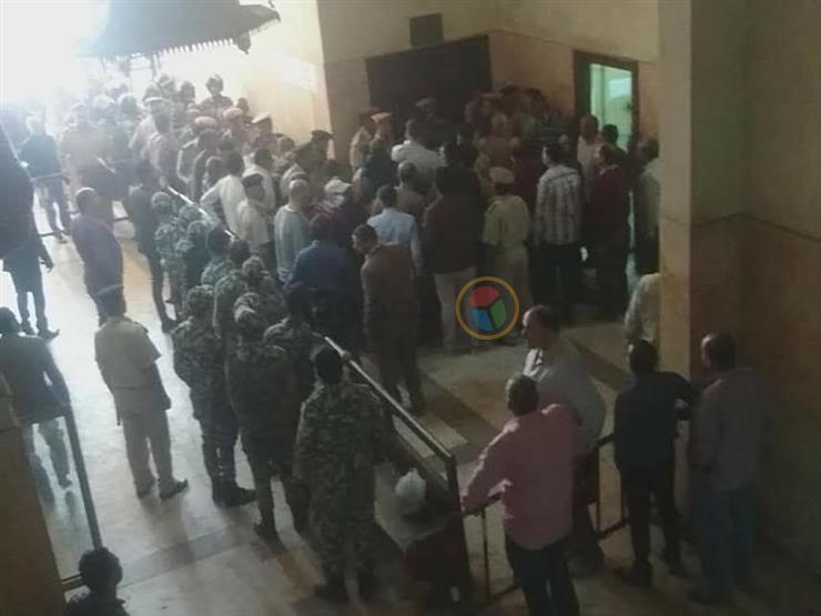 """لحظة وصول """"راجح"""" المتهم بقتل محمود البنا إلى المحكمة - (صورة)"""