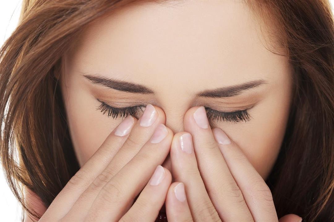 فرك العين قد يصيبك بها.. إليك أسباب تحدب القرنية ومضاعفاتها