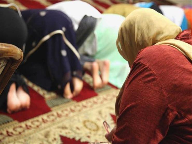 بالفيديو| عبدالمعز يوضح كيف تتصرف النساء في حال أخطأ الإمام أثناء الصلاة