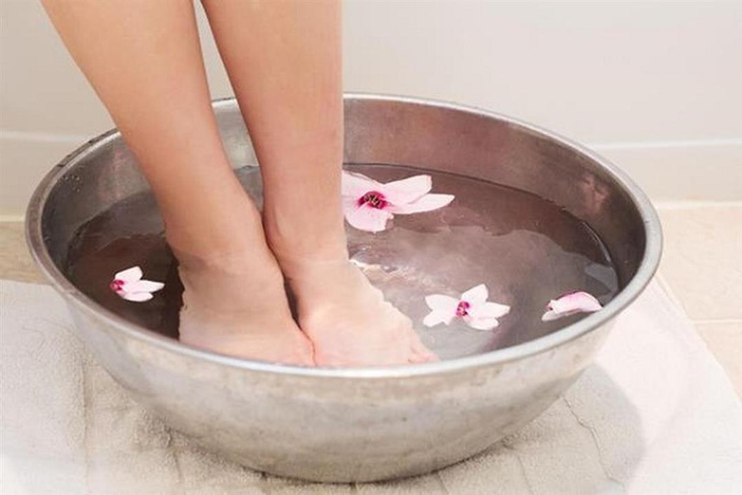 يقلل التورم ويرطب الجلد.. فوائد مذهلة لنقع القدمين في الماء البارد