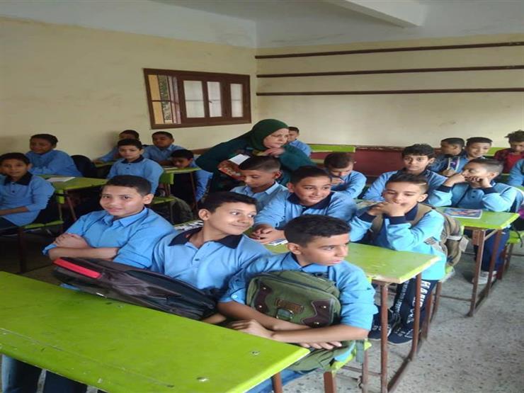 مدرسة ومادة ومعاملة واحدة.. حكاية أميرة ووالدتها مع الطلاب في اليوم العالمي للمعلم