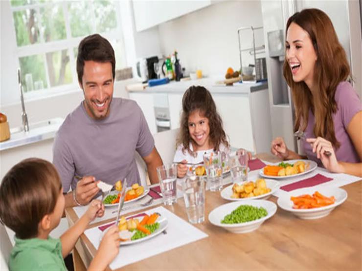 دراسة تكشف ما يحدث عند تناول الطعام مع الأسرة والأصدقاء