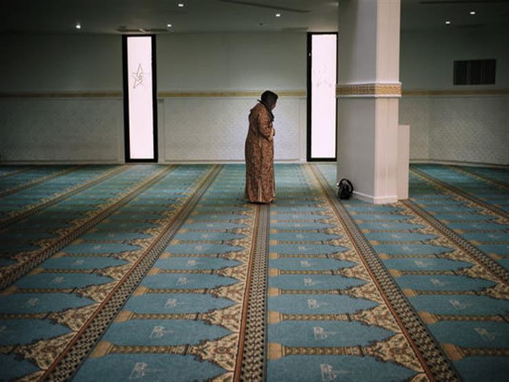دخلت المسجد بين الأذان والإقامة فهل أصلي السنة أم تحية المسجد؟.. أمين الفتوى يجيب