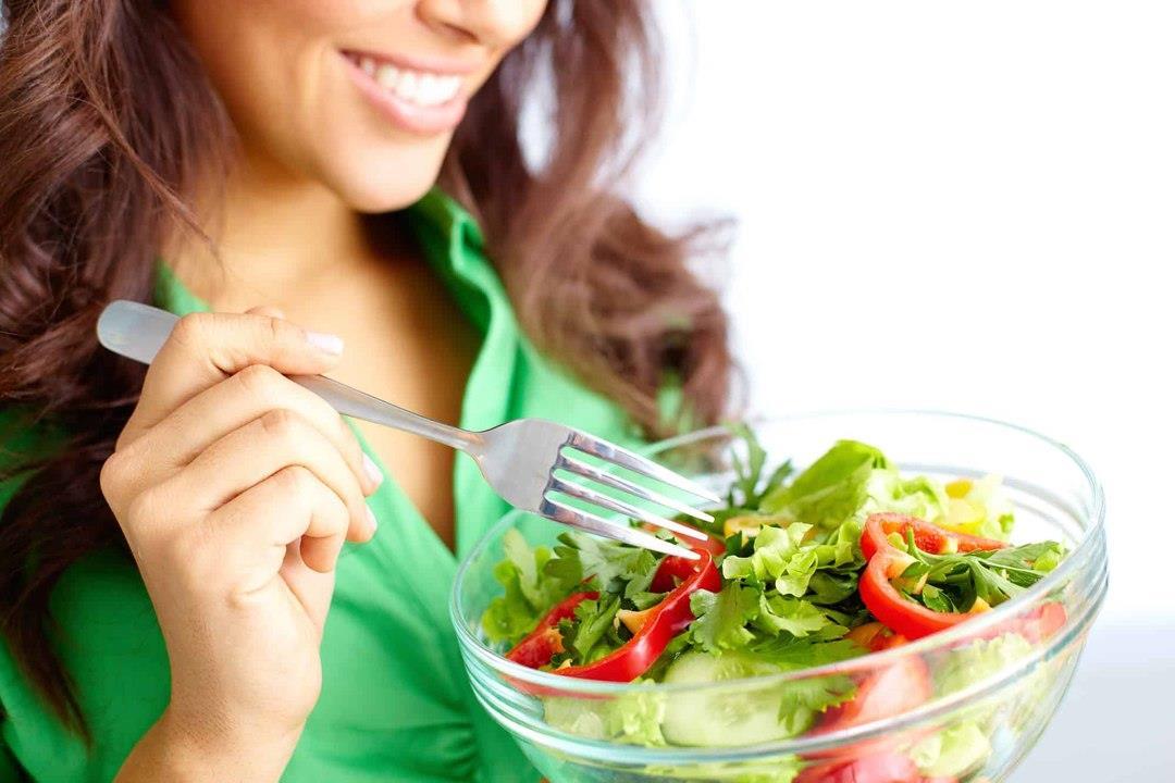 دراسة تحذر من الخضروات النيئة: تقضي على البكتيريا المفيدة بالأمعاء
