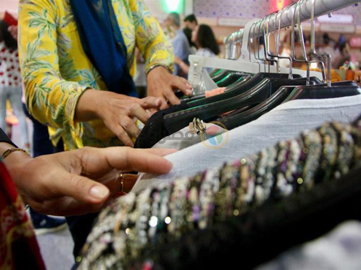 """الصناعة المصري """"تكسب"""".. """"حنان"""" تترك المستورد وتتجه لتنفيذ الملابس يدويًا"""