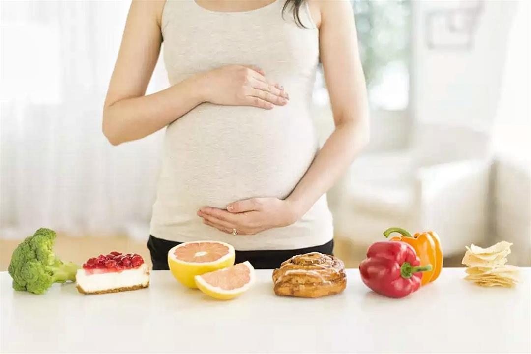 البيض على رأس القائمة.. 7 أطعمة يحظر تناولها أثناء الحمل (إنفوجراف)