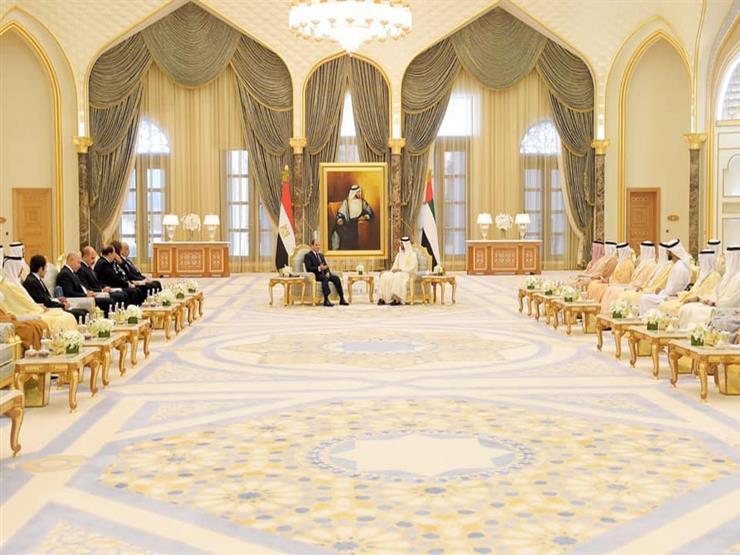 متحدث الرئاسة ينشر صور استقبال السيسي ومنحه وسام زايد