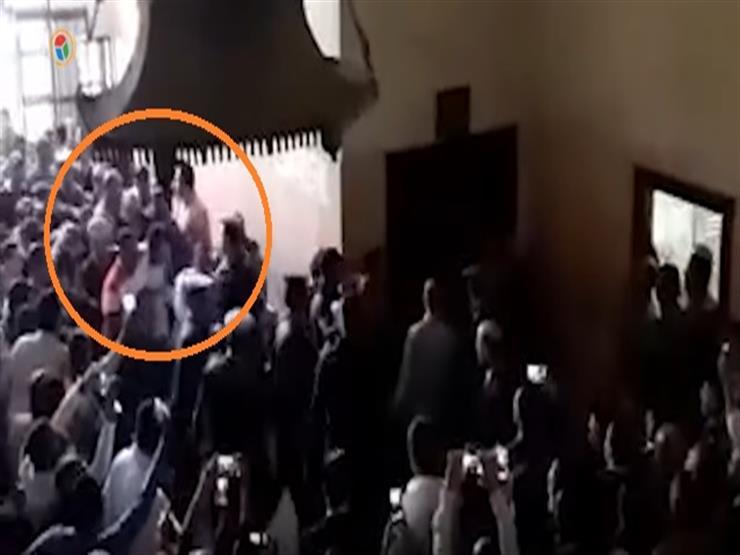 """سر البدلة البيضاء.. ظهور """"راجح"""" بزي مختلف عن المتهمين بقتل محمود البنا- فيديو"""