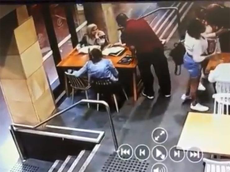 واقعة عنصرية جديدة.. أسترالي ينهال بالضرب على مُحجبة حامل في مطعم بسيدني (فيديو)