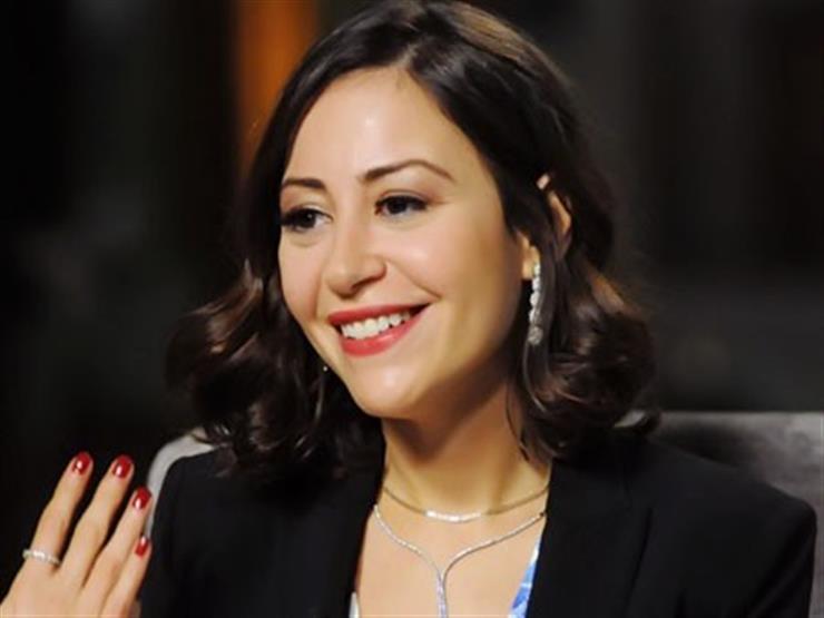 فيديو.. رد فعل منة شلبي على معجب قبل يدها