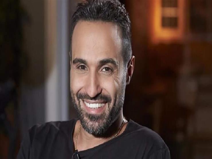 على طريقة هنيدي.. أحمد فهمي ينشر صورته مع السجائر