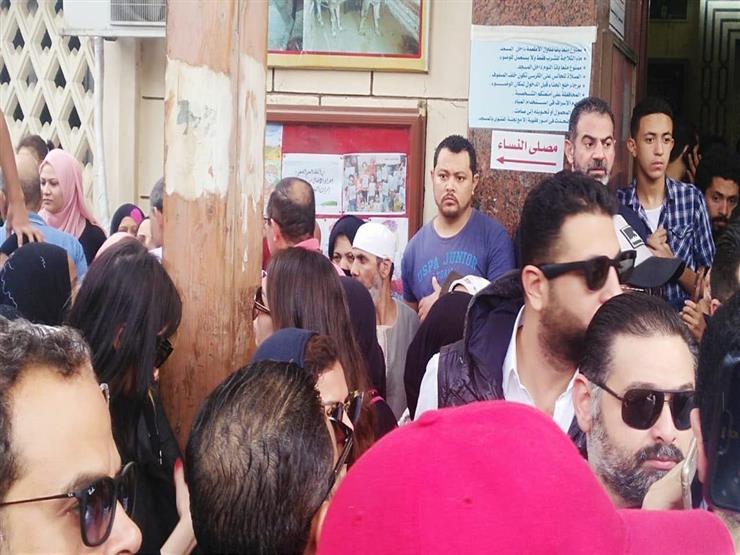 صور.. انهيار ناهد السباعي في تشييع جثمان هيثم أحمد زكي