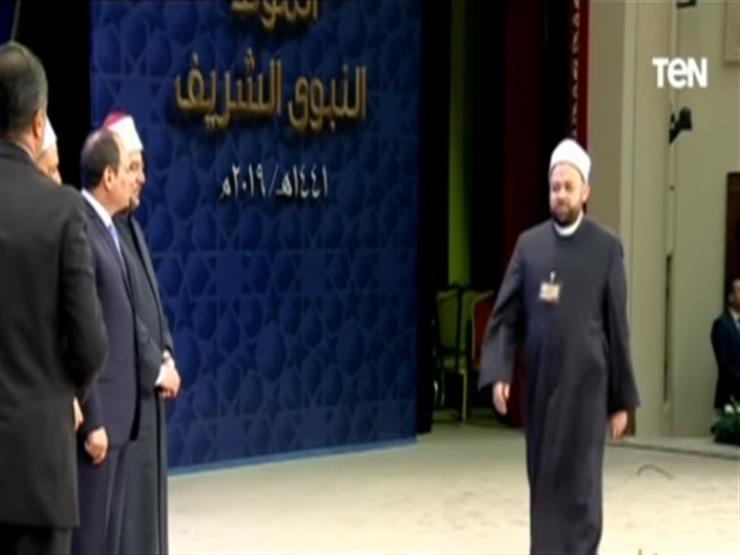 """والدة أحد المكرمين من الرئيس: """"أنا مش بقرأ وأكتب بس علمنا ولادنا وحفظوا القرآن"""""""