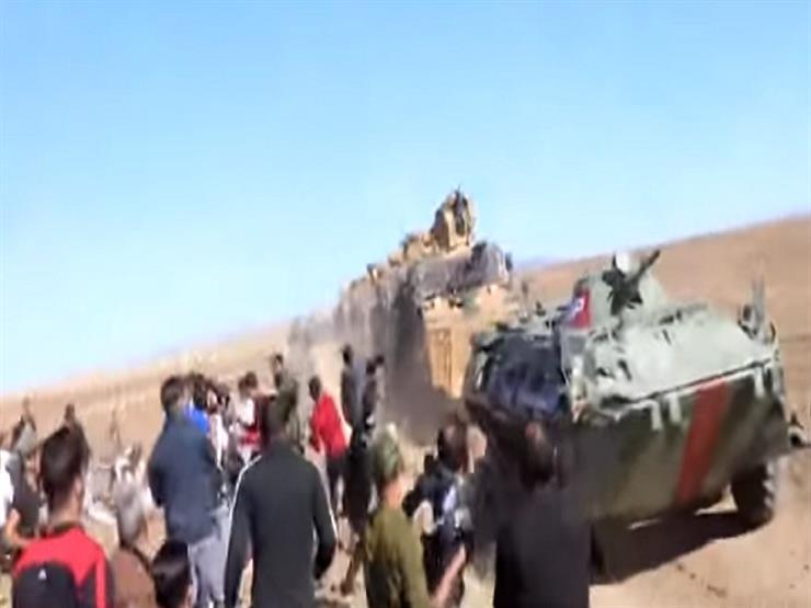 بالفيديو.. سوريون يرشقون المدرعات التركية والروسية بالحجارة