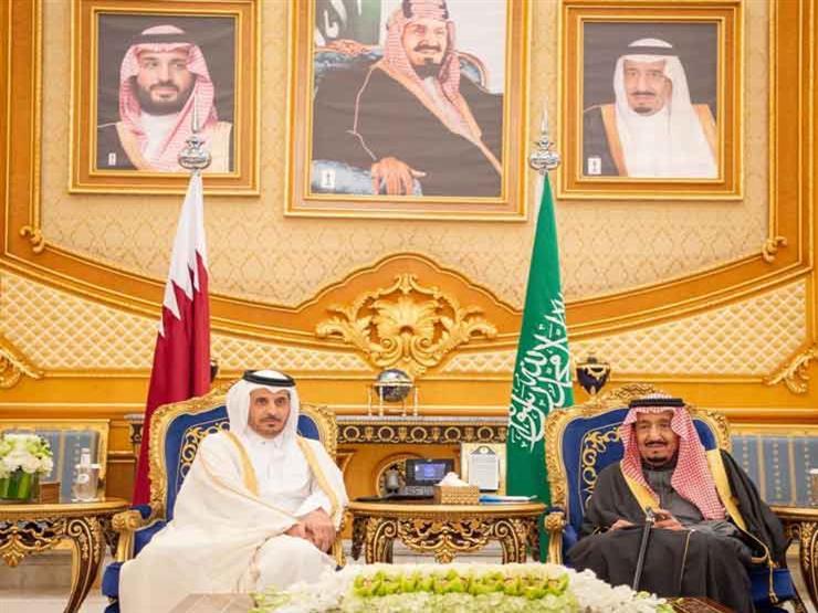 قُبيل القمة الخليجية.. الملك سلمان يستقبل رئيس وزراء قطر (فيديو وصور)