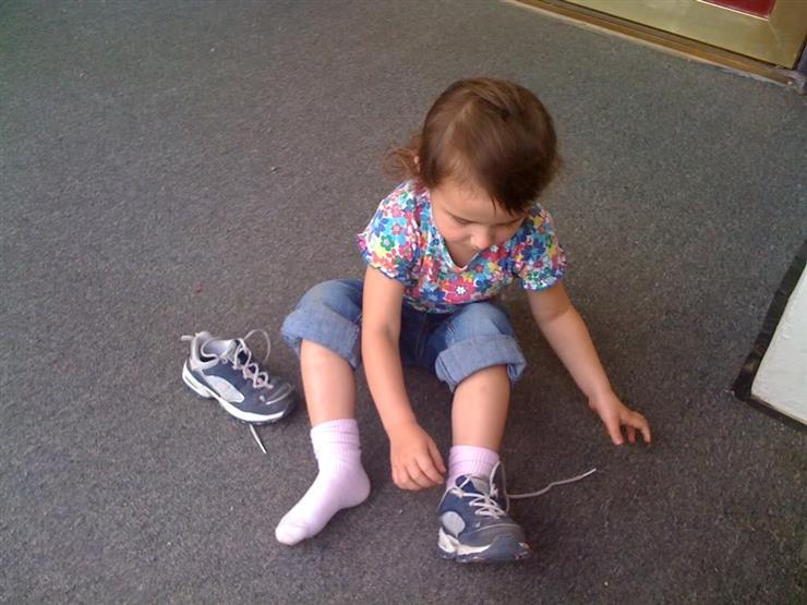 3 أمهات يقدمن نصائح مهمة عند اختيار حذاء طفلك لأول مرة