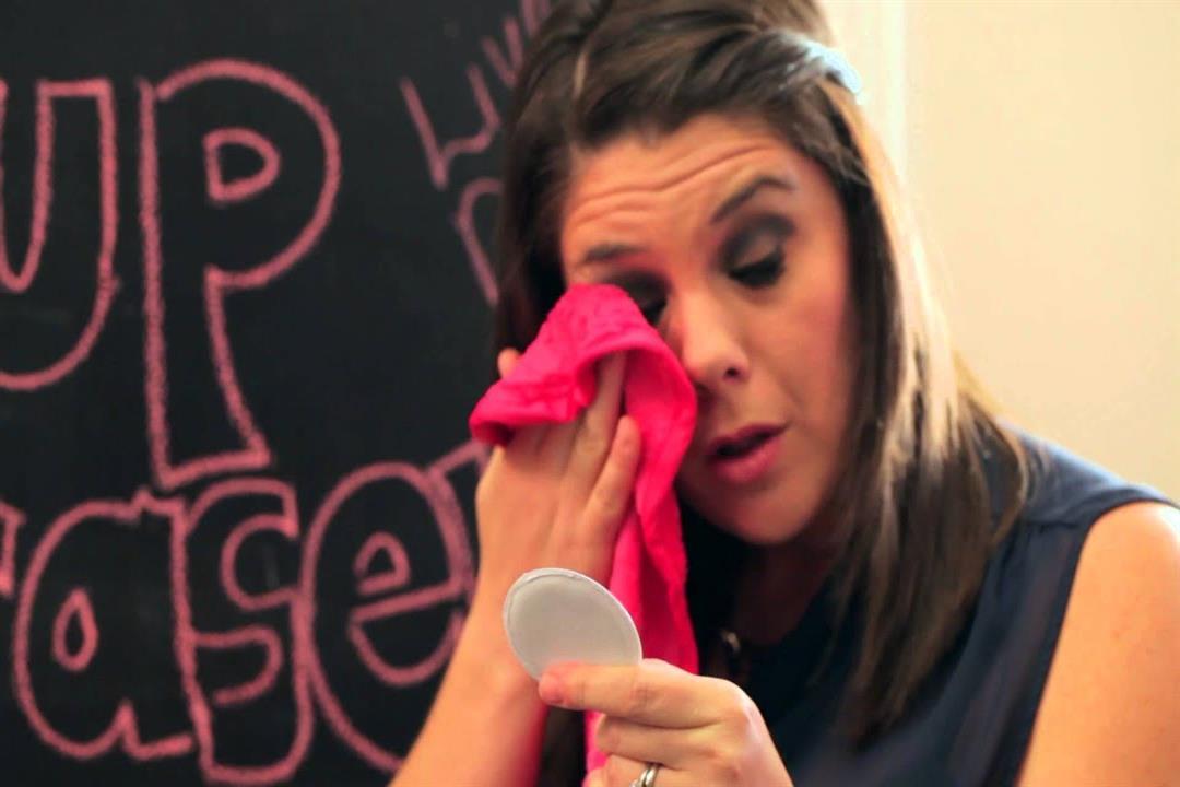 طبيبة تحذر من منشفة إزالة المكياج: تهدد البشرة ببعض الأضرار